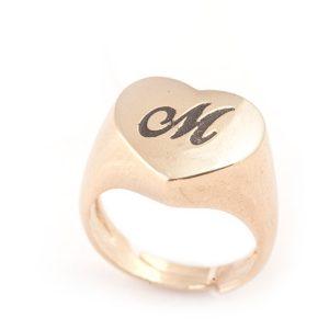 anello-con-cuore-ed-incisione-in-oro-18k